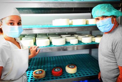 Juan Suárez y su hija Aitana ante algunos quesos de elaboración artesana