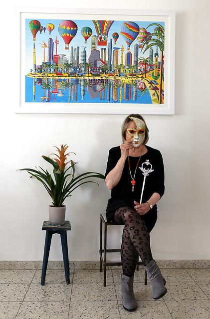 עציץ מסכות  הדפס של ציורי תל אביב סמדר שרת היוצרת האמנית הישראלית רפי פרץ הדפסים ציור נאיבי ציורים