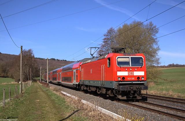 143 135 mit der RB22 (RB15261) von Limburg(Lahn) nach Frankfurt(Main) in Niederseelbach.