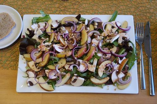 Gemischter Blattsalat mit Champignons, Apfel, roter Zwiebel, gerösteten Haselnüssen und Apfelessig-Honig-Senf-Dressing (mein Teller)