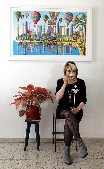 אישה עם מסכה הדפס של ציורי תל אביב סמדר שרת היוצרת האמנית הישראלית רפי פרץ הדפסים ציור נאיבי ציורים