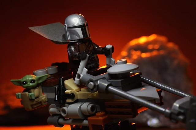 The Mandalorian and Grogu escape trouble on Tatooine.