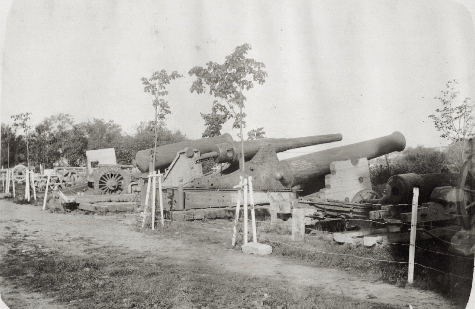 16. Музей. Китайские орудия. Экспозиция орудий, установленная во дворе музея.