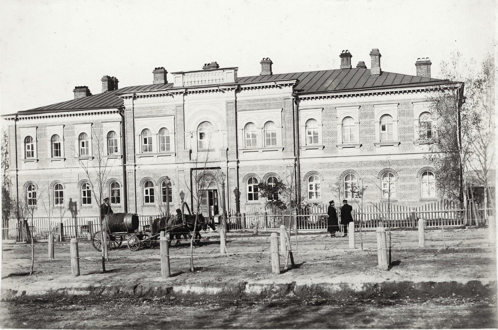 12.Канцелярия генерал – губернатора. Двухэтажное кирпичное здание. Весна-осень 1904