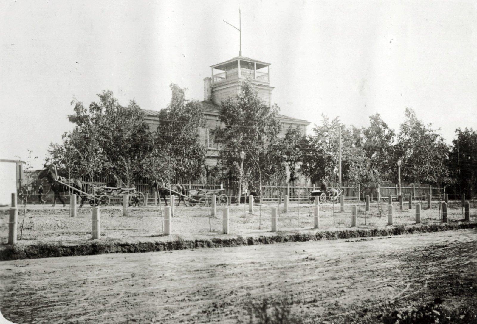 10. Городское Полицейское управление. Двухэтажное здание с каланчей не крыше. Лето 1904