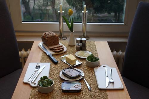Abendbrot mit Sardinen-Filets aus der Dose, Dinkelvollkornbrot und Feldsalat (Tischbild)