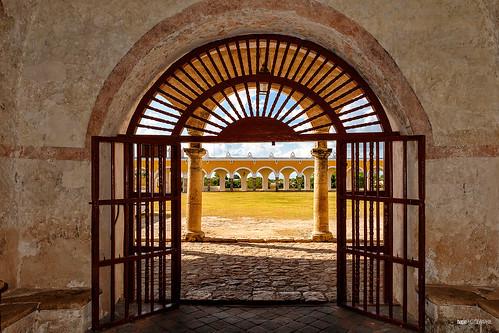 Vista del atrio del monasterio