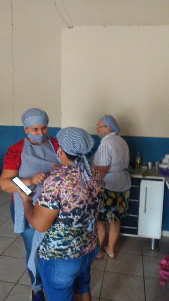 Ajudantes voluntários da ação na Casa do Oleiro em Figueirão MS(