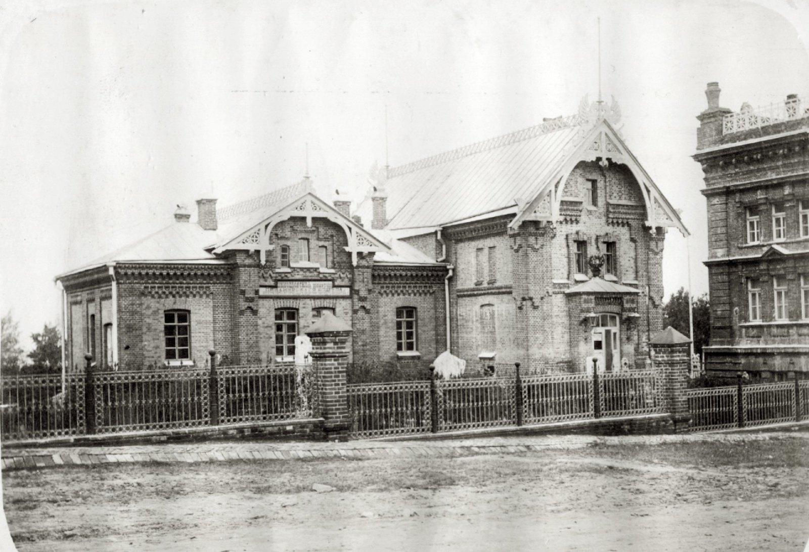 20. Николаевская публичная библиотека.Кирпичное здание различных уровней.Увеличить изображение. Лето 1904