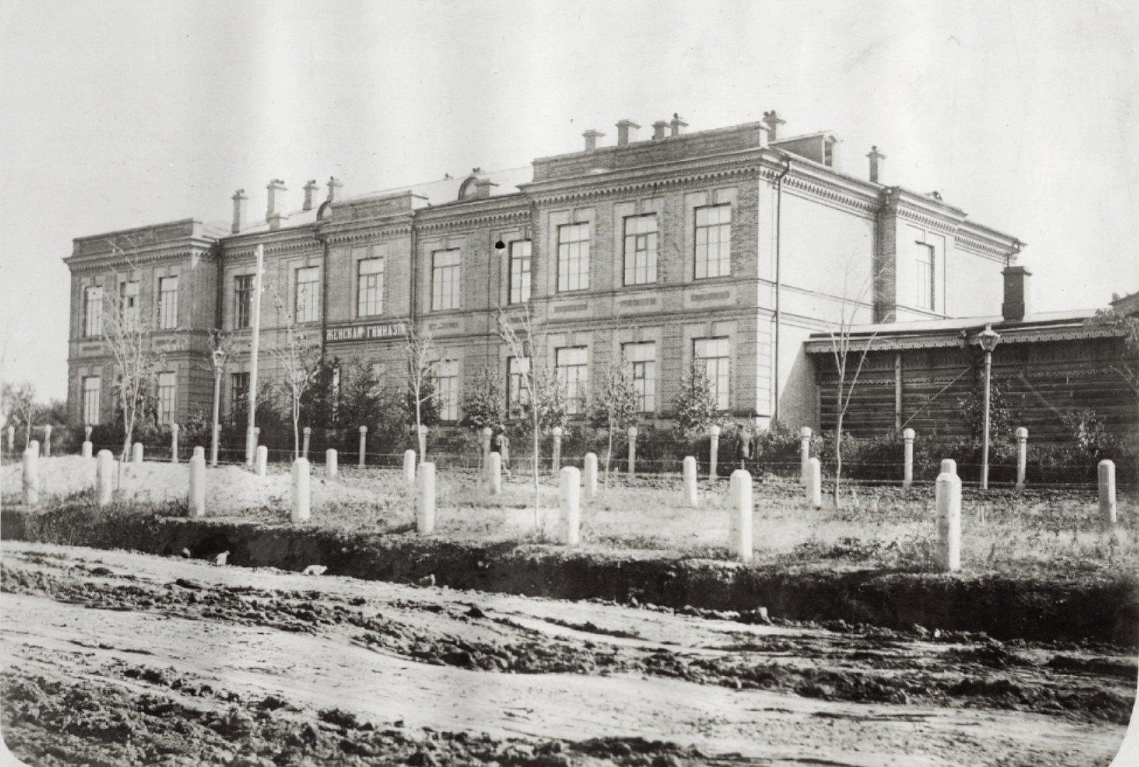 09. Женская гимназия. Двухэтажное кирпичное здание. Весна-осень 1904