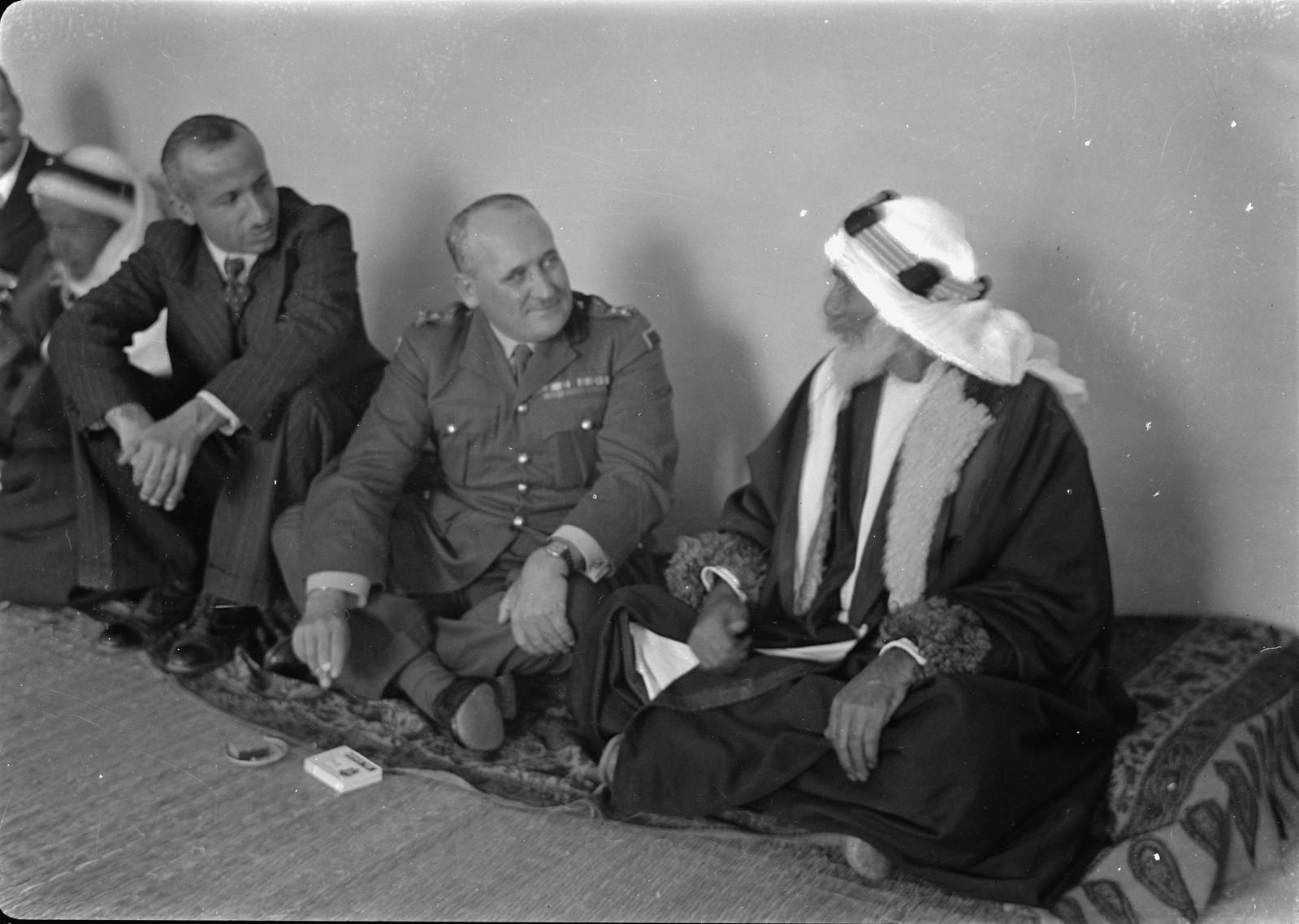 15. Бриг. генерал Аллан и шейх «Абу Ситти» беседуют после обеда