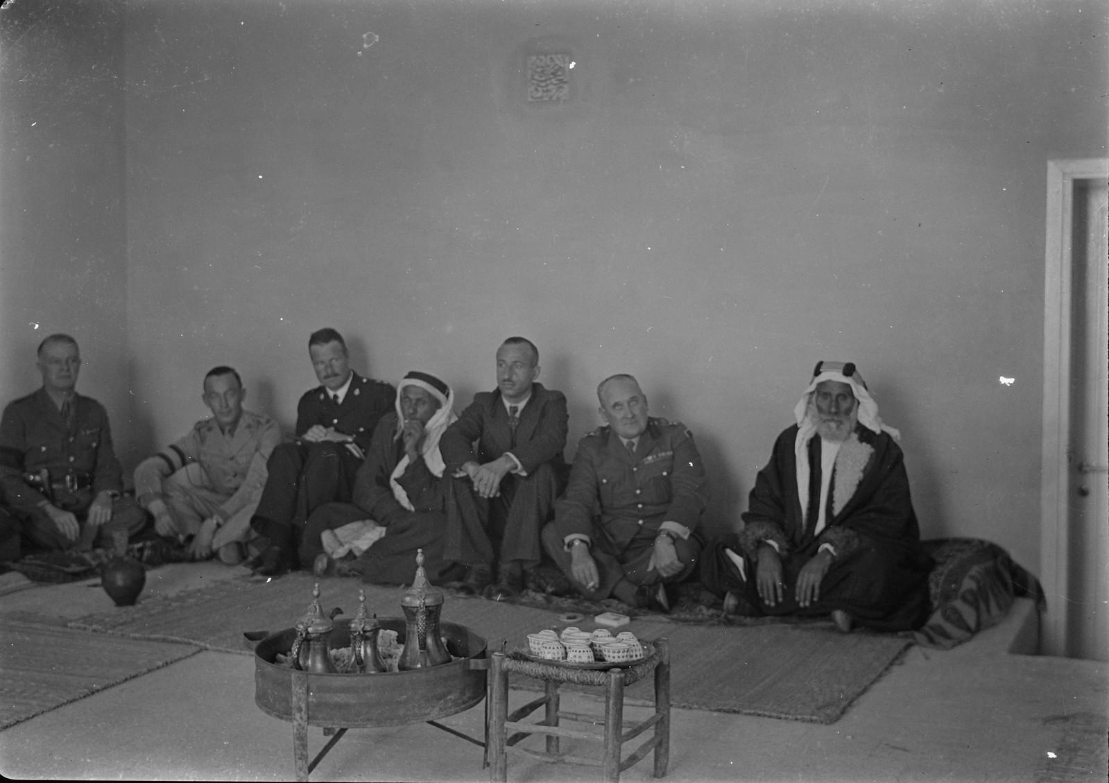 14. Бриг. генерал Аллен и персонал станции беседуют с бедуинскими шейхами