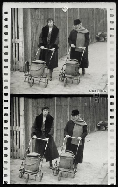 ArchivTappen23AAl2h286 Frauen mit Einkaufswagen, Frankreich, 1920-1930er