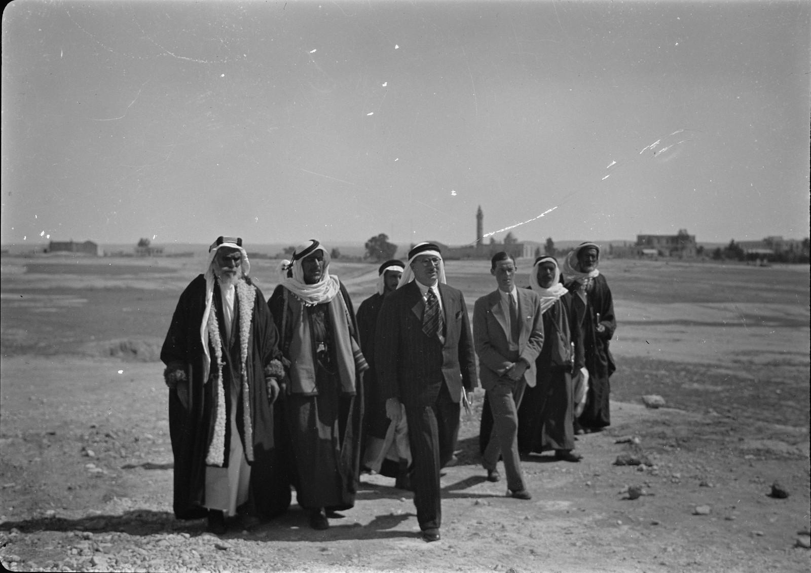 01. Бриг. Генерал Аллен и сотрудники с бедуинскими шейхами и начальником станции