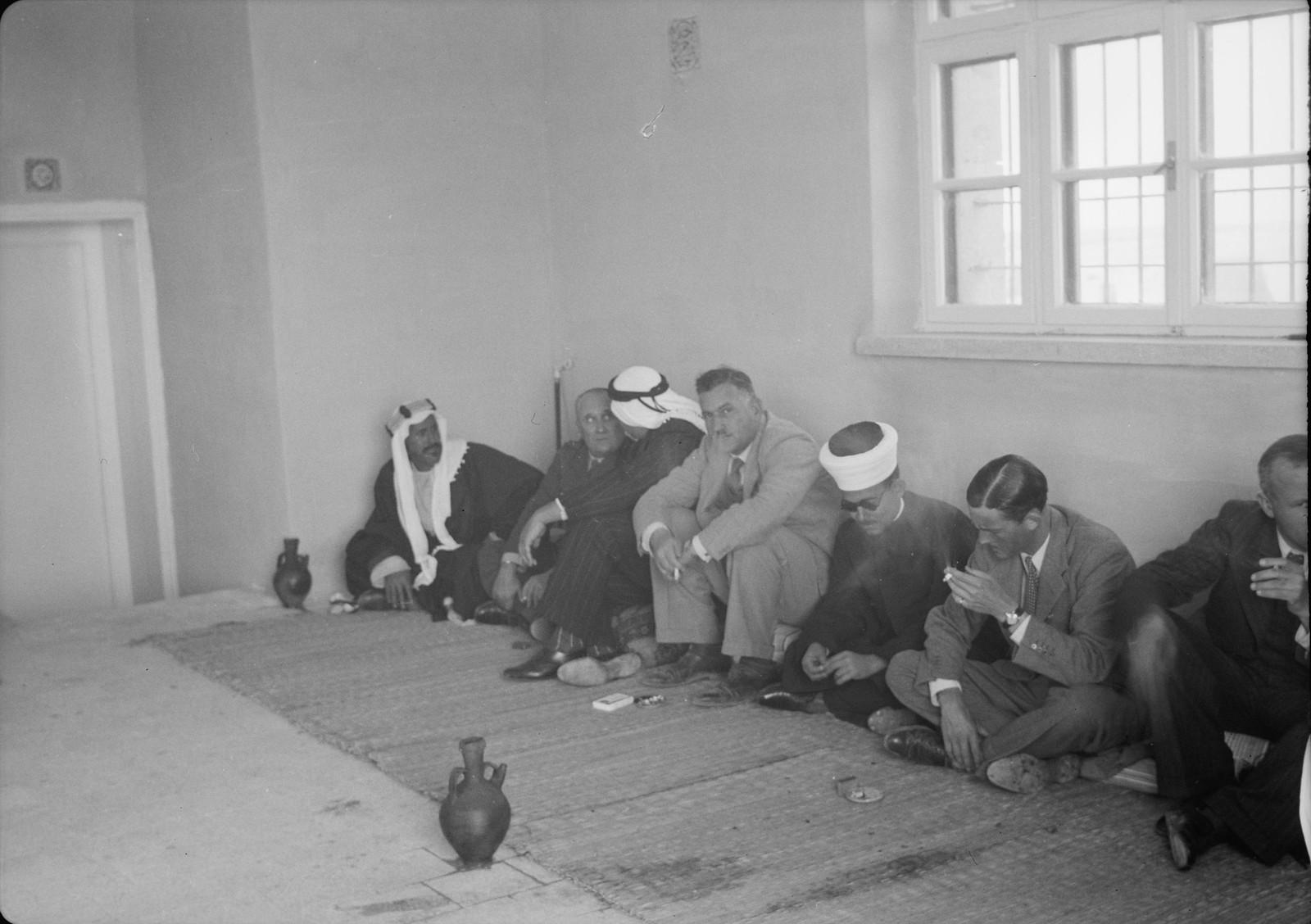 13. Гости и г-н Белл на обеде в арабской традиции