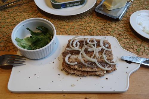 Abendbrot mit Sardinen-Filets aus der Dose, Dinkelvollkornbrot und Feldsalat (mein zweites Brot)