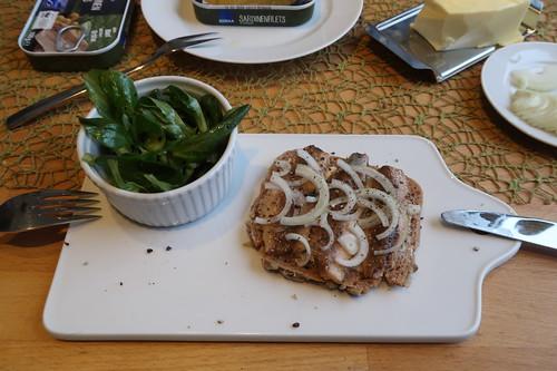 Abendbrot mit Sardinen-Filets aus der Dose, Dinkelvollkornbrot und Feldsalat (mein erstes Brot)