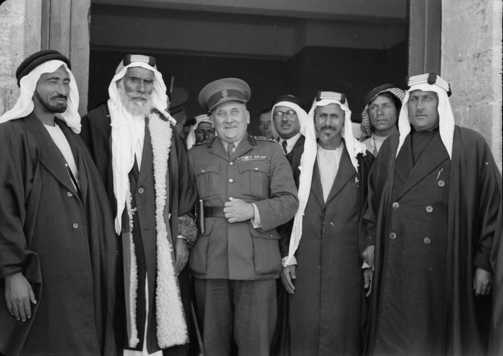 17. Бриг. генерал Аллан и шейхи из Беэр-Шевы у дверей гостевой комнаты.