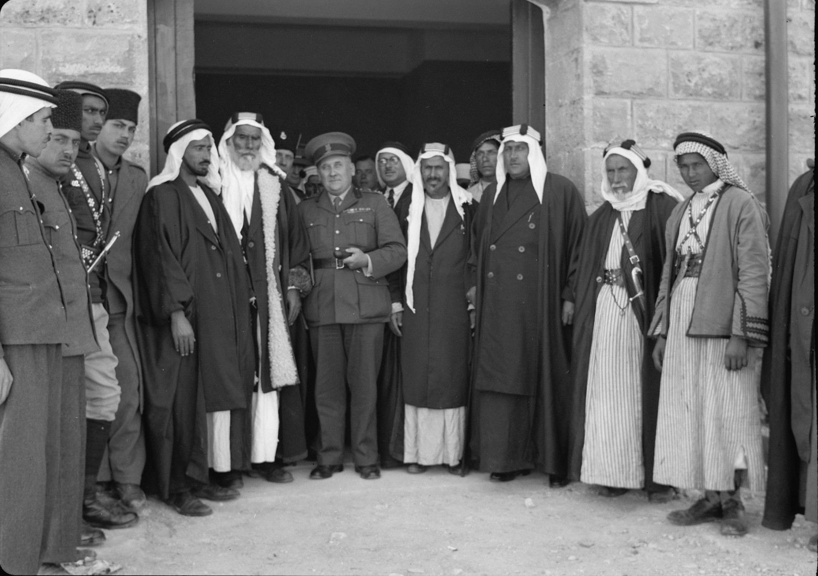 16. Бриг. генерал Аллан и шейхи из Беэр-Шевы у дверей гостевой комнаты