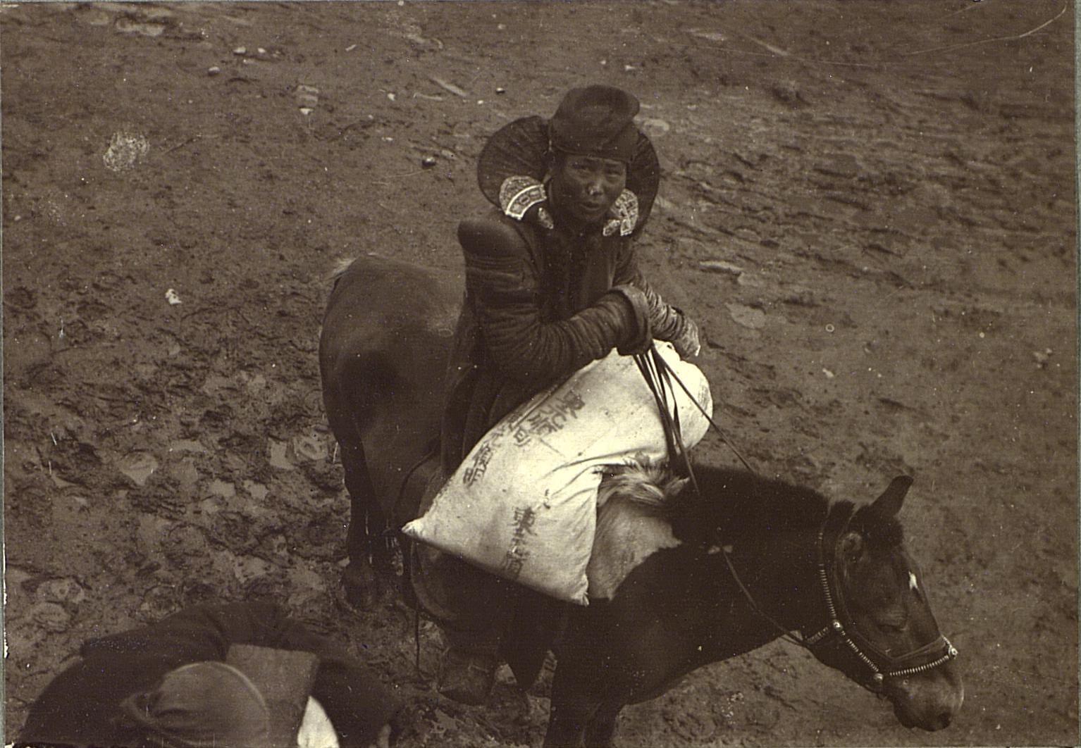 Урга. Монголка верхом с покупкой