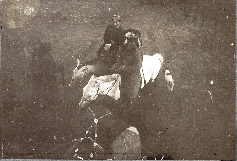 Урга. Монголки-девушки верхом