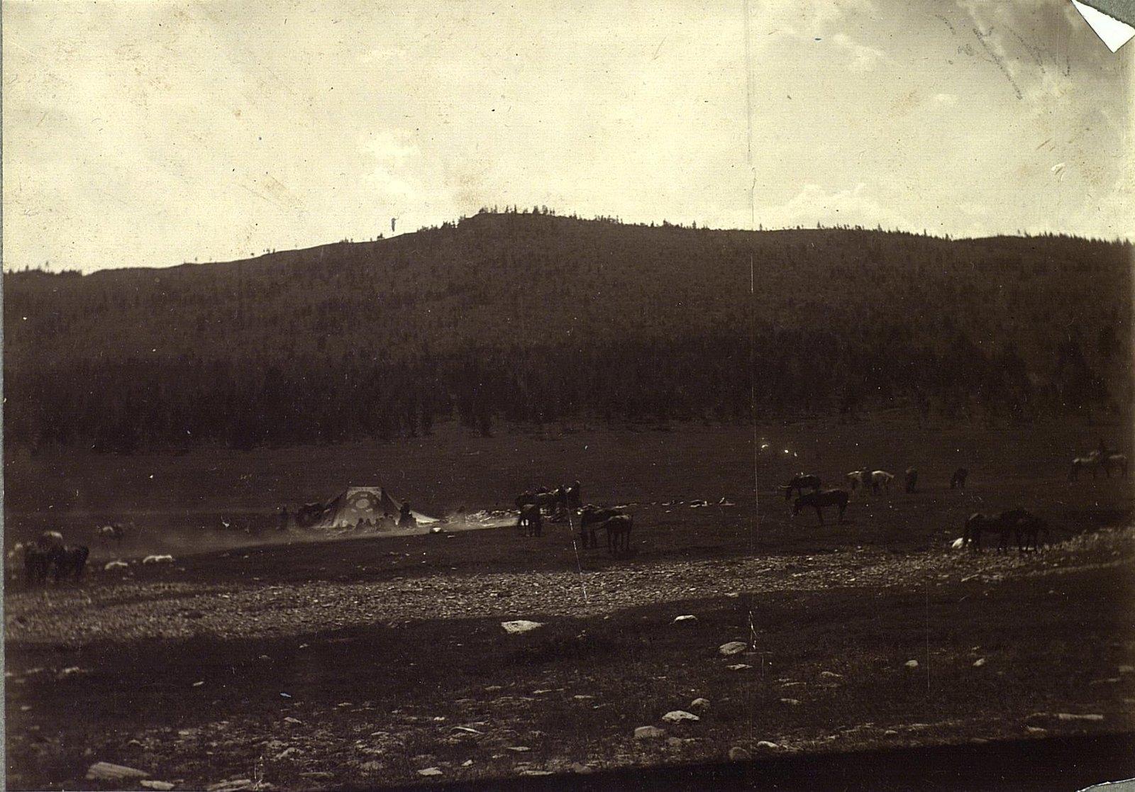 Майхан (легкая монгольская палатка) у подножья хребта