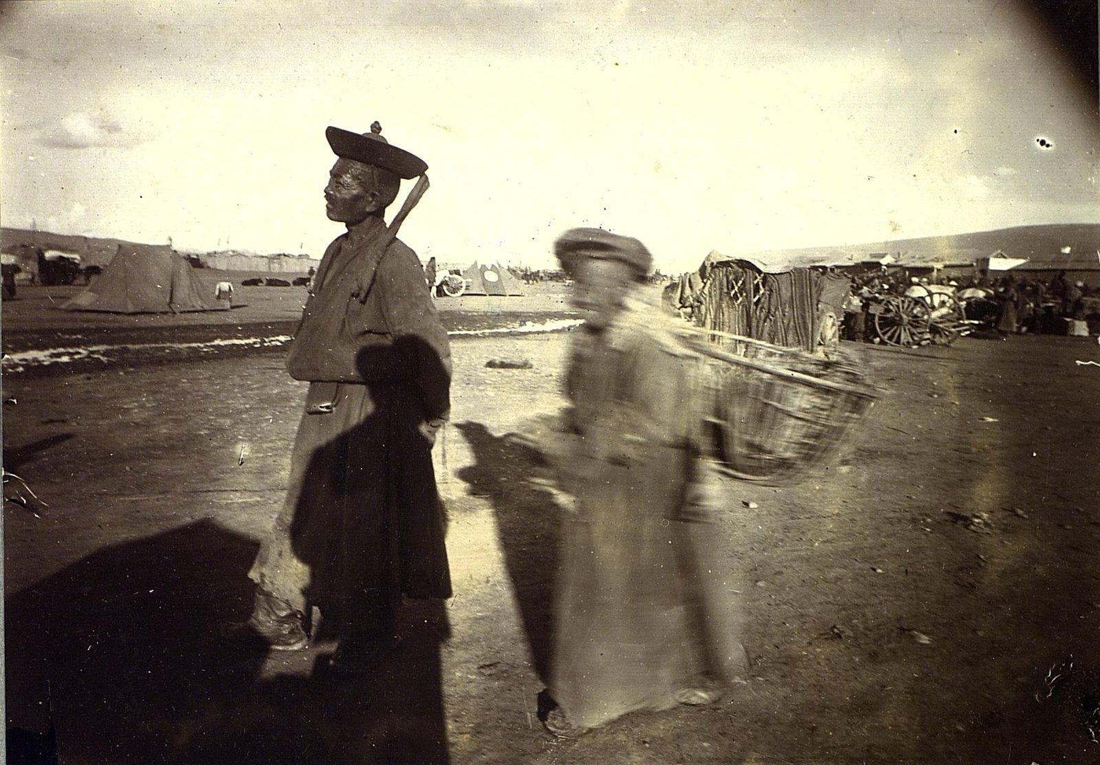 Урга. Монгол и аргальщица (продавщица топлива из сухого помета)
