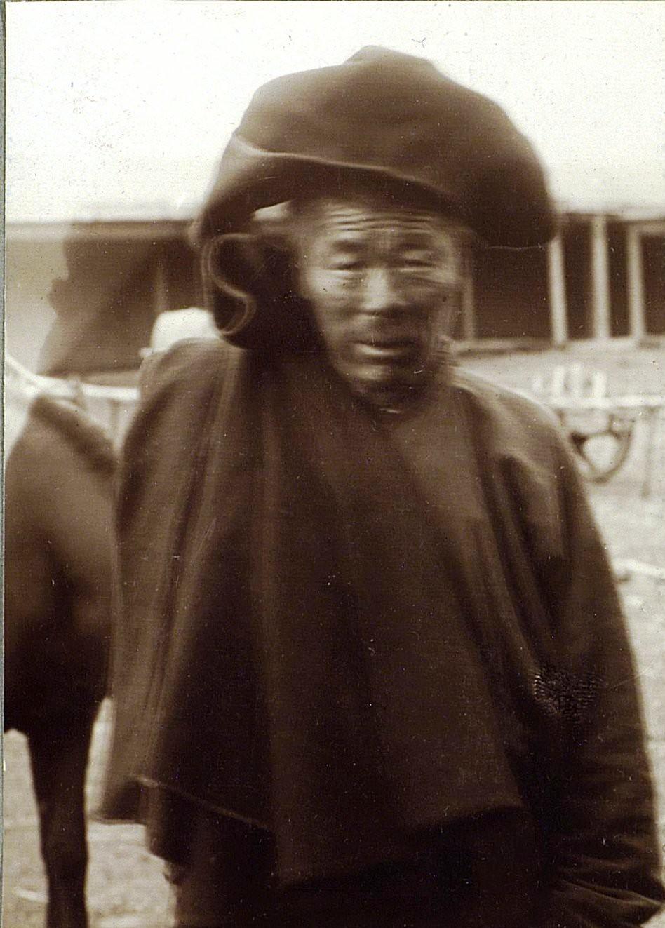 Урга. Монгол в капюшоне от дождя