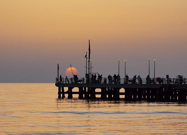Pescatori sul pontile di Forte dei Marmi in Versilia al tramonto