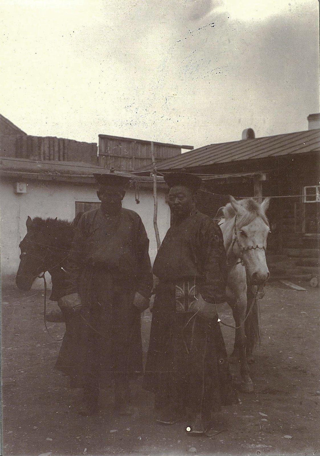 Урга. Ламы и лошади