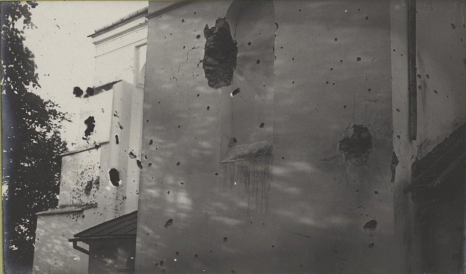 21. Дом ксендза в сел. Быхава, пробитый снарядами австро-германской артиллерии