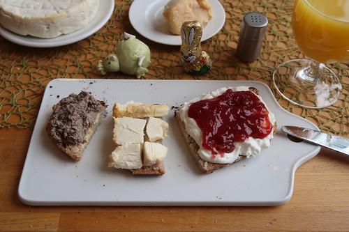 Leberwurst, Langres und Quark mit Erdbeermarmelade auf Landbrot
