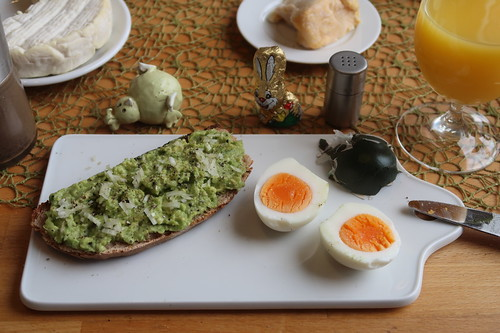 Avocadocreme auf Landbrot zum Osterei