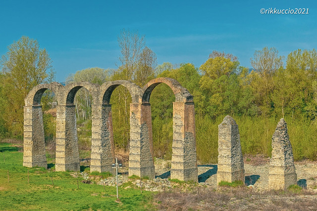 .. quel che rimane di un Acquedotto Romano ..