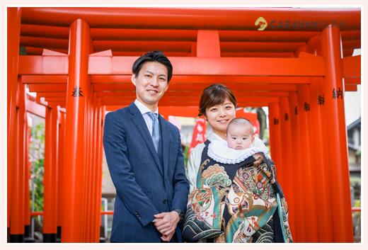 初宮参り 3か月の赤ちゃん 男の子 黒のお祝い着が赤い鳥居に映えて