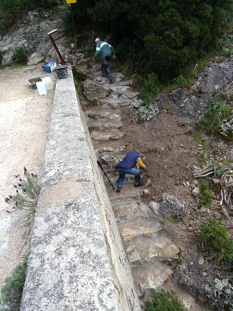 Gérard et Serge finalisant les marches du pont de Marionu
