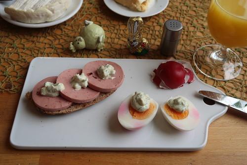 Fleischwurst auf Landbrot und Osterei mit Remoulade