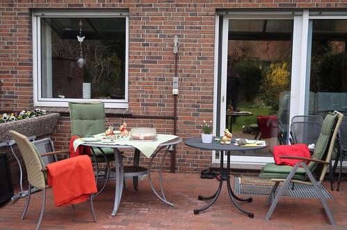 Tisch für Kaffeetrinken mit gebotenem Abstand vorbereitet