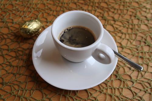 Goldenes Schokoladenosterei von ZOTTER zum Espresso