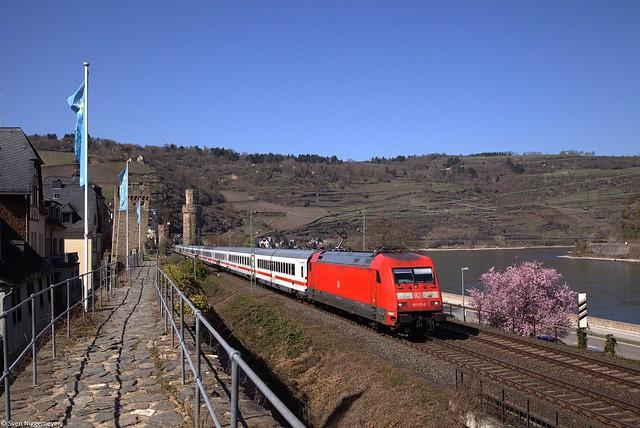 101 117-0 mit dem IC2313 von Hamburg-Altona nach Offenburg in Oberwesel.