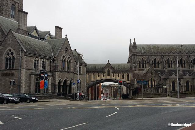 Harmaa kivirakennus sumuisessa Dublinissa