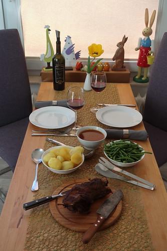 Lammnacken mit Tomaten-Rotwein-Soße, Salzkartoffeln und Prinzessbohnen (Tischbild)
