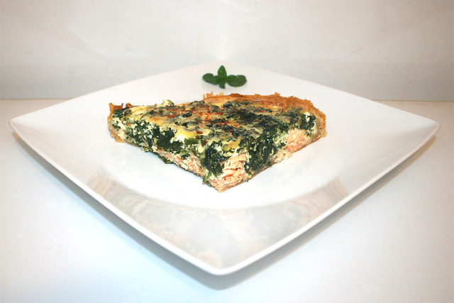 27 - Salmon spinach quiche - Side view / Lachs-Spinat-Quiche - Seitenansicht