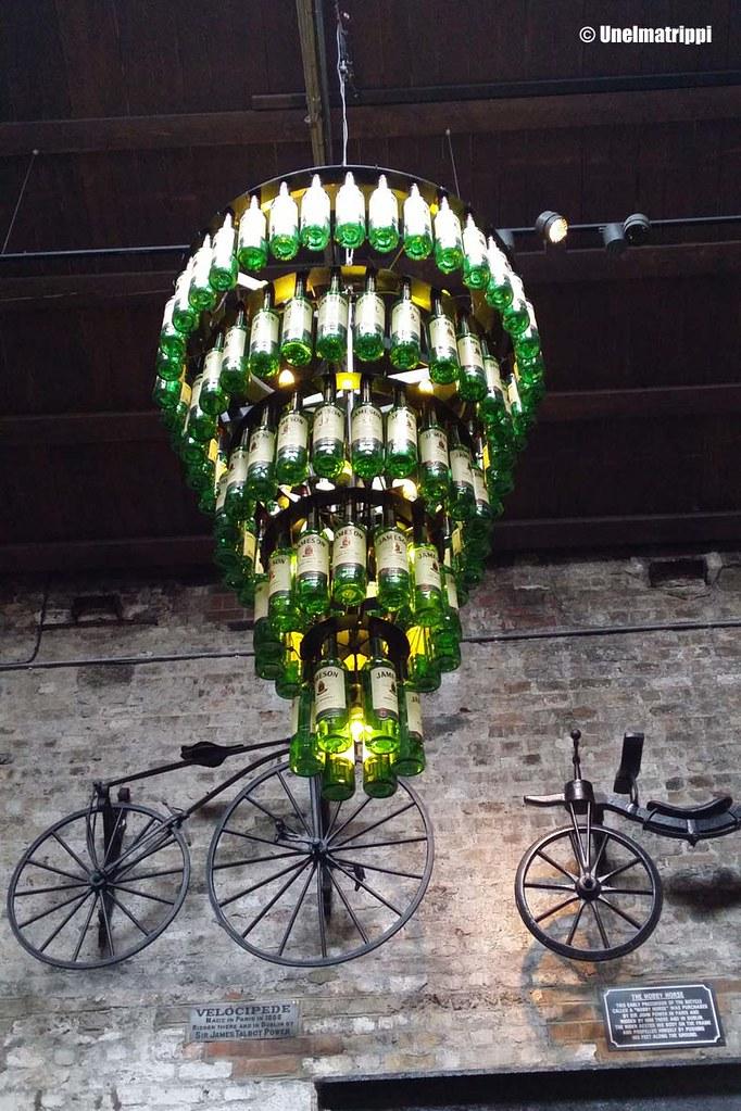 Jameson-lampunvarjostin vanhalla viskitislaamolla