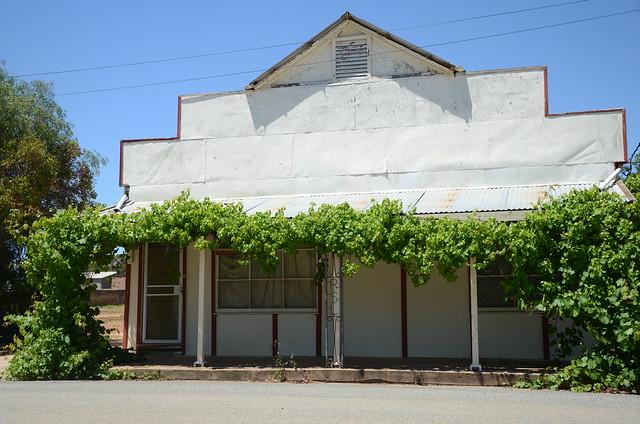 DSC_2394 former store, Bowman Street, Redhill, South Australia