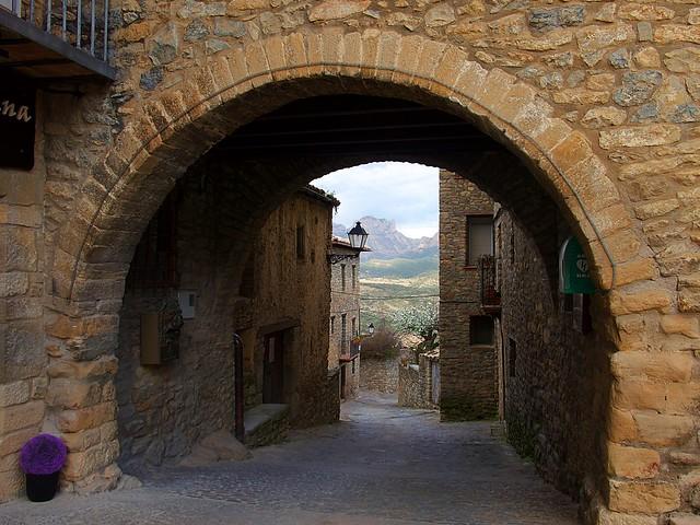 Roda de Isábena, al fondo Sierra de Sis (Huesca)