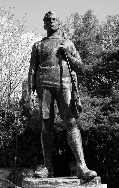 Bachgen o filwr▪️Cofeb Ryfel Ysgol yr Eglwys Gadeiriol a Phentref Llandaf (rhan) - gan J. P. Grant
