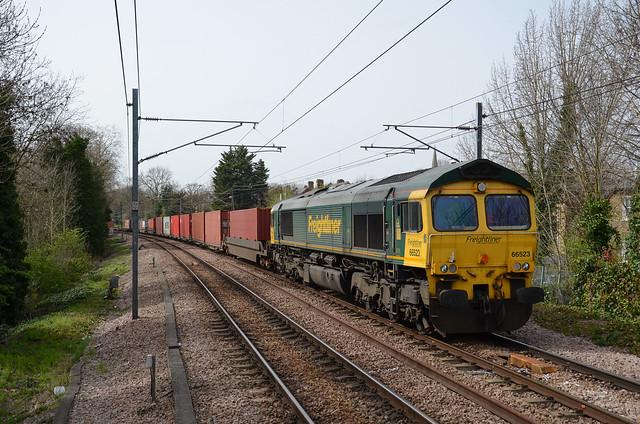 66523 works 4L36 Wentloog - Felixstowe passing Brondesbury