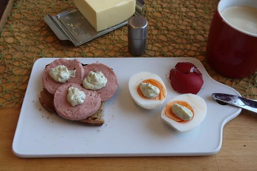 Rindfleischwurst auf aufgetoastetem Landbrot und letztes Osterei mit Remoulade