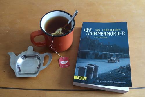 """Echinacea-Tee beim Vorlesen des Krimis  """"Der Trümmermörder"""""""